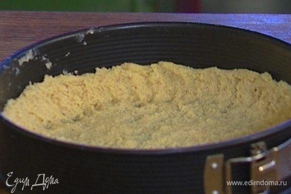 Выложить охлажденное тесто в форму, равномерно распределяя по всей поверхности, сделать небольшой бортик.
