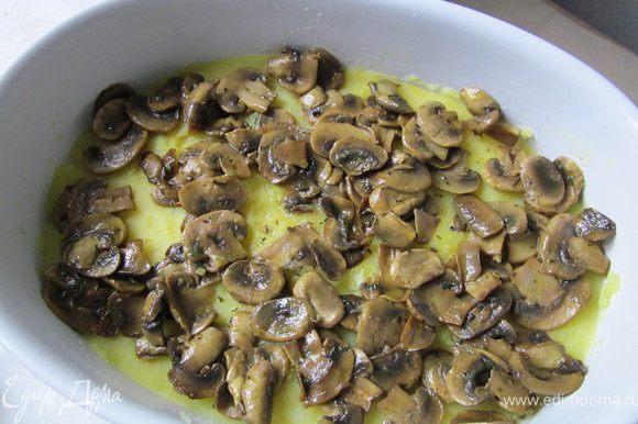 Уложить на картофель жаренные грибы.