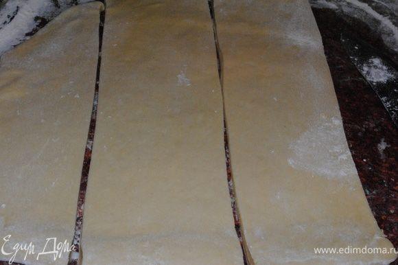 Раскатать тесто, нарезать полосками.