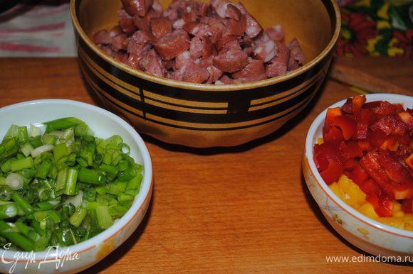 Отдельно нарезать перец, ветчину и зелень.