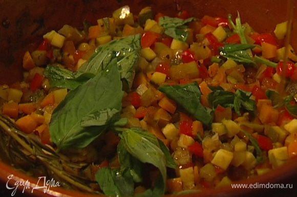 Добавить порванный руками базилик, сбрызнуть оливковым маслом и подавать.
