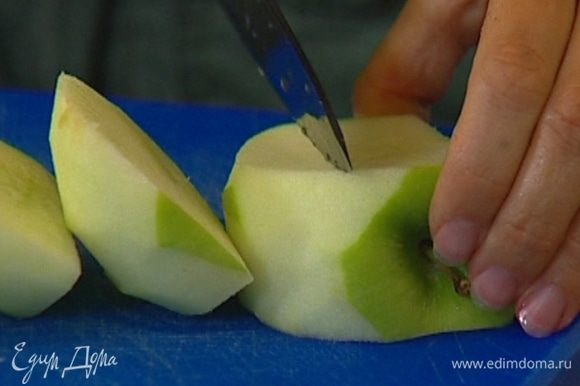Яблоки почистить, удалить сердцевину и нарезать тонкими дольками.
