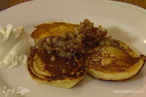 Разогреть в сковороде немного растительного масла и пожарить небольшие оладушки. Подавать со сметаной, полив соусом из орехов и фиников.