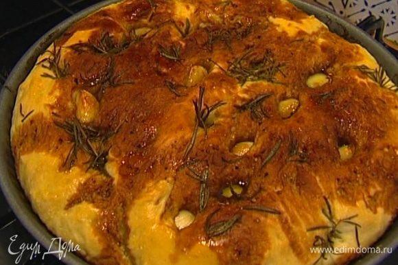 Готовую фокаччу сбрызнуть оливковым маслом.