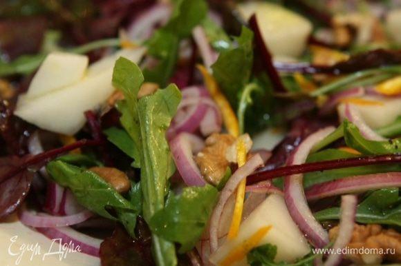 Добавить к салату дыню, лук вместе с маринадом, все перемешать. Полить салат оливковым маслом, посолить, поперчить и присыпать орехами.