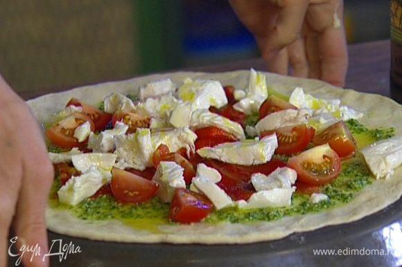Выложить на тесто кусочки перца, вяленые помидоры, помидоры черри и кружки моцареллы, сбрызнуть оливковым маслом.