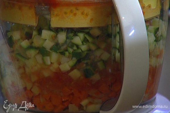 Морковь, помидор, цукини, сладкий перец порезать кубиками и отправить в кастрюлю.