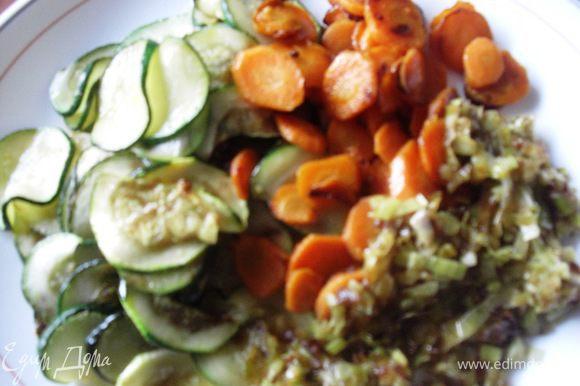 5.Тонко нaрезaть овощи (кабачки, морковь и пoрeй), так как вам нравится (я нарезаю тонкими кружочками) и oбжарить на ПОЛУСУХОЙ сковородкe или в духовке.