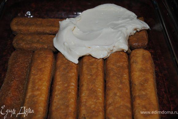 Когда печенье полностью уложено в фому, намазываем сырной массой. и так проделываем с остачей.