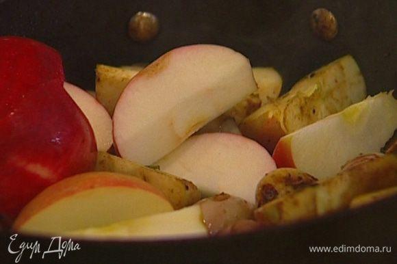 Яблоки очистить от семян, порезать крупными дольками и отправить в сковороду к луку с чесноком.