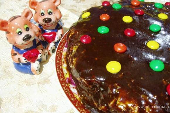 Украсить торт можно по-разному. Я его делала для ребенка, поэтому украсила драже «M&M's».