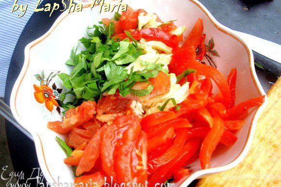 Нарезаем полосками перец и томат и добавляем в миску.