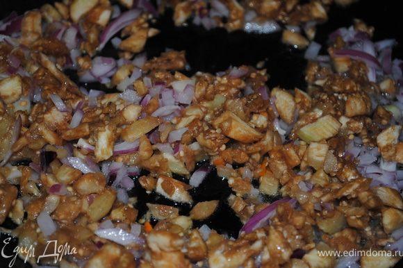 мякоть баклажана порубить и обжарить с луком и чесноком на сковороде.