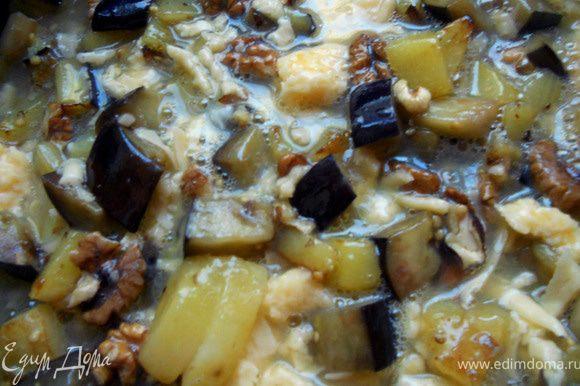 Яйца слегка взбить с солью и 1/3 частью тертого сыра. Залить яичной смесью овощи, готовить несколько минут.