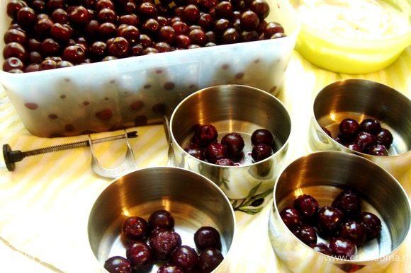 Если десерт не будет подаваться в формочках для запекания, то тогда формы следует хорошо смазать сливочным маслом и выложить в них подготовленную вишню и шоколад.
