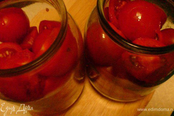 помидоры разрезать на две части и сложить в чистые банки до половины