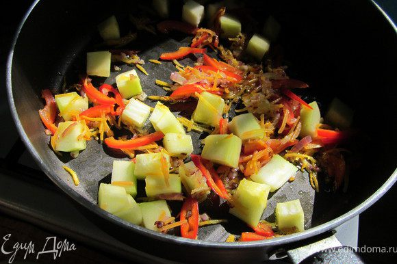 В сковороду налить немного масла и обжарить овощи. Я сначала положила лук и морковь. Затем добавила перец, цуккини и немного острого перчика. Овощи обжариваем 5 минут.