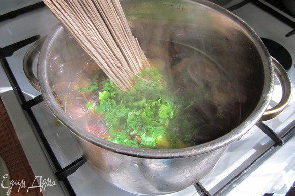 Грибы варились 15 минут, за это время мы обжарили овощи. Положите овощи к грибам, варить 5 мину. Добавить зелень(рукколу и петрушку)и лапшу. Варим еще 5 минут.
