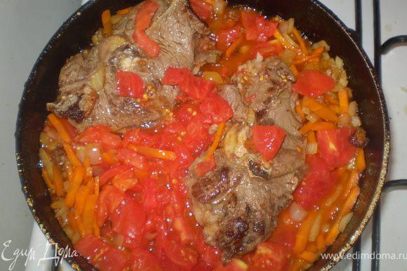 Очищенные от кожуры помидоры режим кубиками и добавляем в казан. Теперь можно посолить. Если томат дает мало сока добавляем кипяченой воды так чтобы она покрывало мясо. Тушим 20 мин.