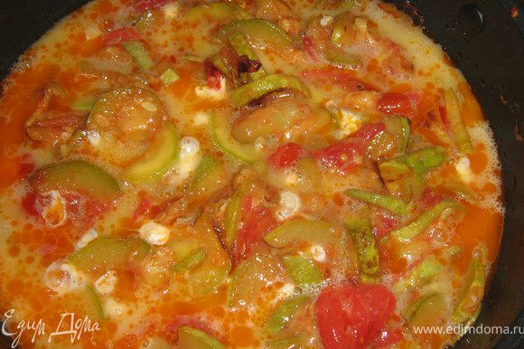 Яйца взбить венчиком,добавить соль,перец и половину мелко нарезанной зелени с чесноком,вылить на кабачки,накрыть крышкой и убавить огонь до минимума.
