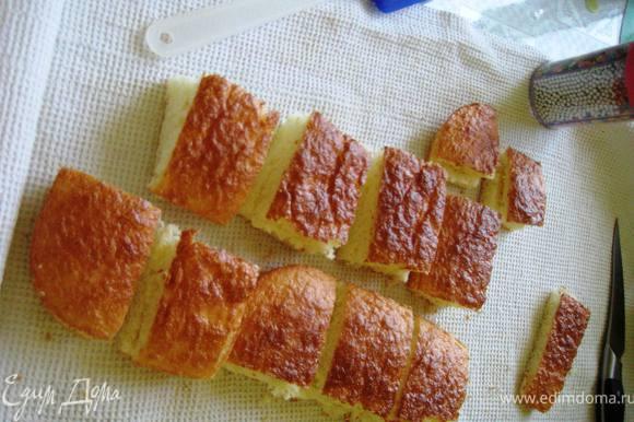Отделить желтки от белков и растереть их с сахаром до бела.Затем добавить муку,соль и соду.Аккуратно ввести заранее взбитые в пену белки.Выпечь бисквит.Разрезать его на 2 части и на кубики.