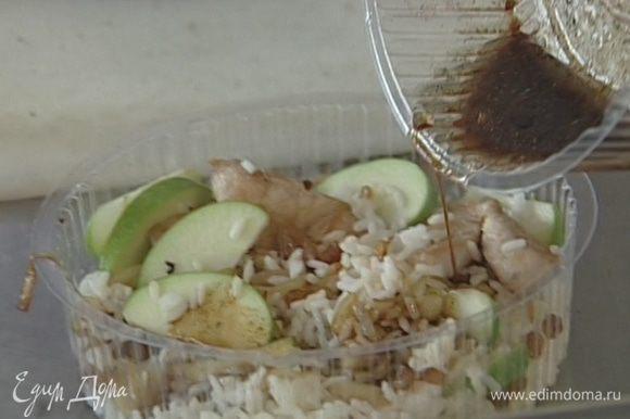 Полить салат заправкой, посыпать зеленью мяты.