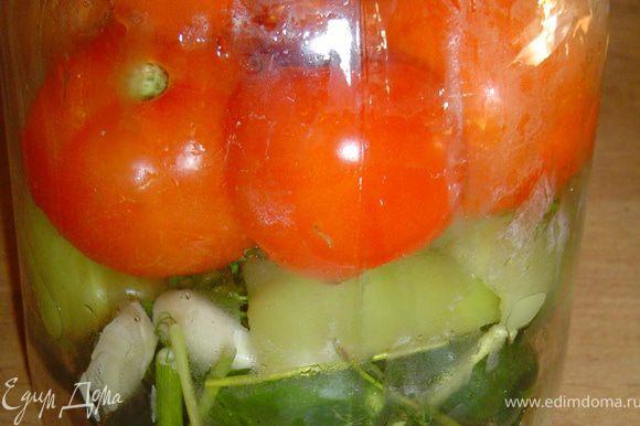 Рецепт очень простой, но овощи получаются отменные. Начинаем со стерилизации банок и крышек. Затем приступаем к овощам. Тщательно моем помидоры, огурцы, перец(у перца удаляем сердцевину и разрезаем его пополам) и обсушиваем. На дно банки кладем специи(по вкусу), сверху укладываем слоями огурцы, перец, помидоры, а сверху опять специи. В банку заливаем кипяток, накрываем банку крышкой и оставляем на 15 минут. Затем сливаем воду в кастрюлю, добавляем сахар и кипятим. В банку насыпаем соль, заливаем кипящим раствором, оставив место для уксуса, и под крышку выливаем уксус, закатываем, ставим бутыль на крышку, укутываем и оставляем на 10-12 часов.
