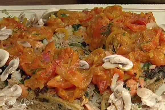Выложить пирог на большое блюдо, полить соусом, посыпать оставшимся укропом, измельченным руками. Подавать пирог с шампиньонами.