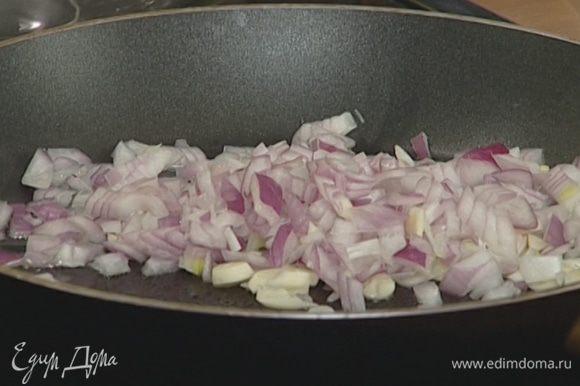 Лук и чеснок почистить, мелко нарезать и обжарить на растительном масле до прозрачности.