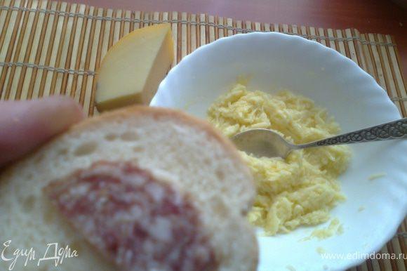 Разбить яйцо в миску и добавить горсть натёртого сыра.Сделать кашицу.