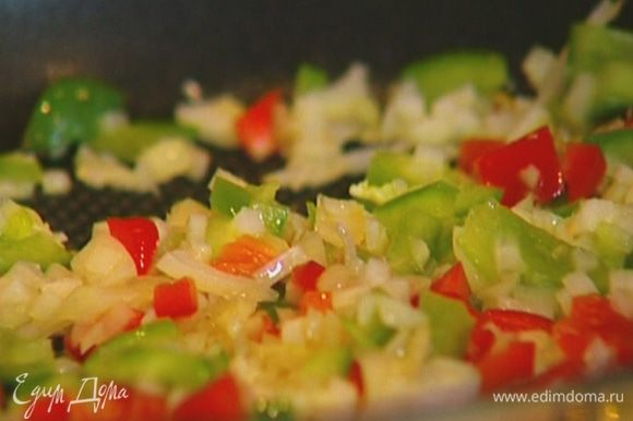 Зубчик чеснока раздавить плоской стороной ножа, добавить в сковороду, посолить, поперчить и обжаривать 2−3 минуты.