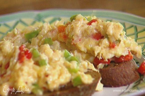 Хлеб сбрызнуть оставшимся оливковым маслом, выложить на него яичную массу.