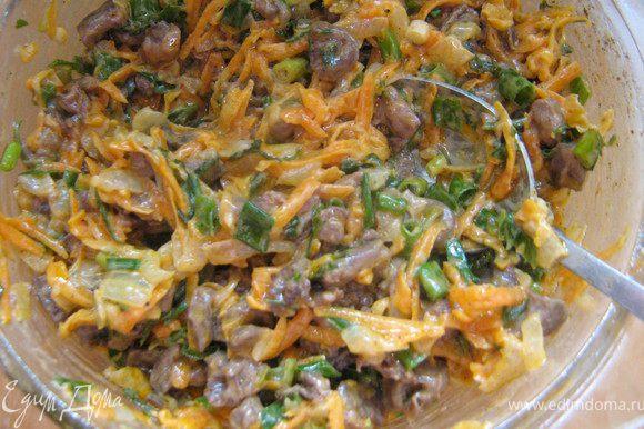 Пока пекутся баклажаны делаем начинку. Начинка 1. Очищенную и мелко нарезанную луковицу обжарить в раст.масле вместе с натёртой морковью и измельчённой петрушкой,жарить помешивая минуты три,добавить 2 ст.ложки сливок,и тушить помешивая до готовности 8-10 минут,переложить в миску.Сердечки вымыть и мелко нарезать,обжарить в 1 ложке раст.масла 10-15 минут.Соединить готовые сердечки с тушёными овощами,добавить в фарш мелко нарезанный зелёный лук и измельчённый чеснок,посолить,поперчить по вкусу.
