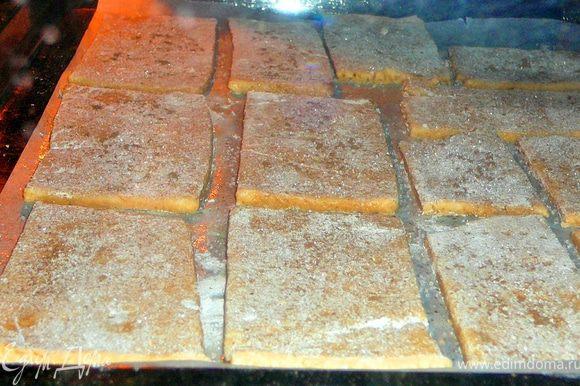 Разделить тесто на две половины,вторую половину отправить опять в холодильник.А первую раскатать на присыпанной мукой поверхности в прямойгольник толщиной 0,3-0,4см.Обрезать края.Нарезать на прямоугольники,сделать вилкой несколько наколов.Переложить на противень застеленный смазанным сливочным маслом пергаментом.Присыпать сахаром и молотой корицей.Выпекать в разогретой до 150гр.духовке 15минут.Все тоже проделать и со второй частью теста.Дать остыть крекерам.