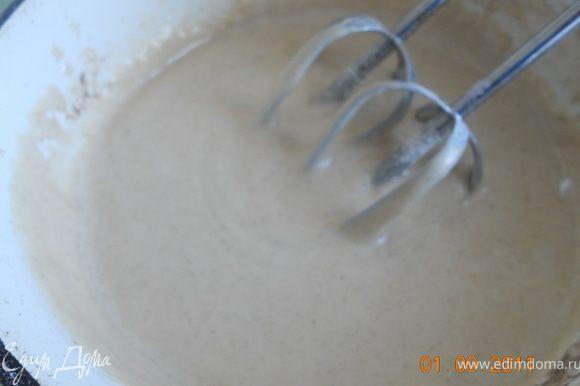 яйца, масло и сахар взбить миксером до однородности, чтоб масса слегка побелела, добавить муку разрыхлитель , корицу, соль,и взбивать пока тесто не станет густоватым
