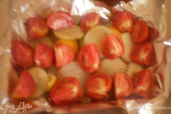 На фольгу выложить лук и кусочки помидоров.