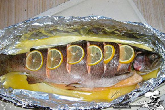 Надрезать ножом и лимон вложить (кожуру желательно с него снять- горчит). Смазать сверху оливковым маслом. Вот так.