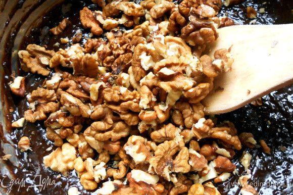 Добавить орехи (крупными кусочками, хотя можно немного раздавить), еще раз перемешать. Получится густое и вязкое тесто.