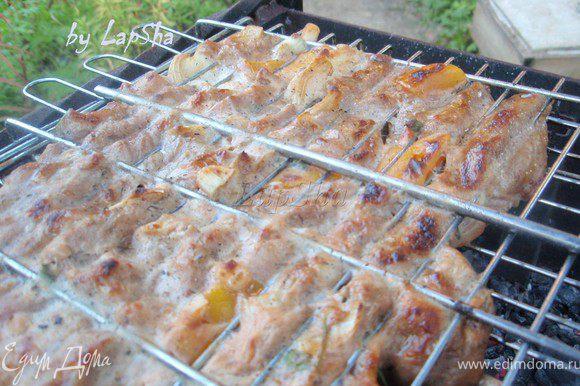 Важно правильно управляться с углями. Но тут все просто, так же как и на сковороде. Сначала нужны сильные угли, чтобы мясо покрылось корочкой и все соки остались внутри. Затем угли можно сделать поменьше, для этого можно просто часть убрать или поставить мясо чуть выше от углей.