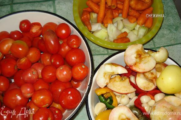 Подготовить все ингредиенты: моем помидоры, чистим лук, морковь, перец, чеснок, у яблок удаляем только семенное гнездо. Все это вместе с горьким перцем прокручиваем на мясорубке.