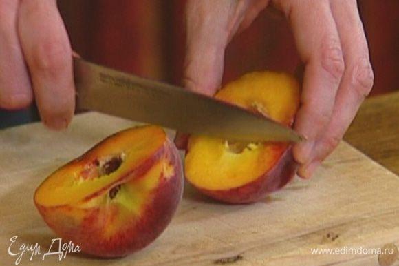 Персик разрезать пополам и удалить косточку.