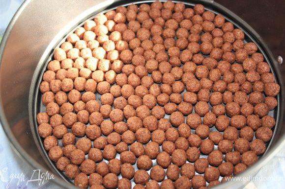 По дну разъемной формы выложить шарики так, чтобы их был только ряд и без пробелов.