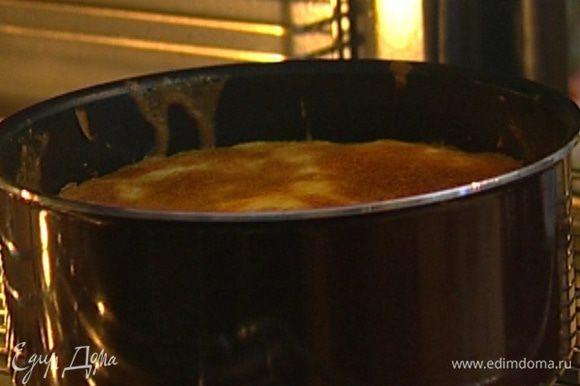 Отправить пирог в разогретую духовку на 40 минут, готовность проверить зубочисткой — она должна остаться сухой.