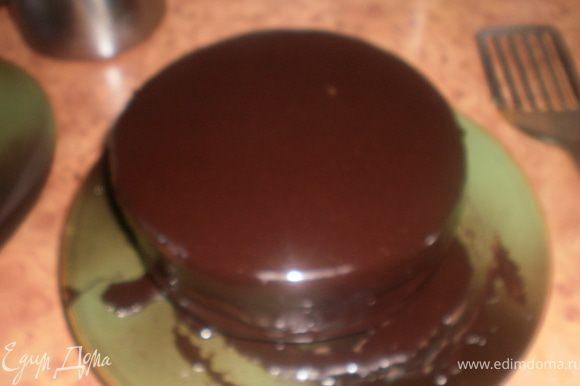 Покрыть торт глазурью, охладить.