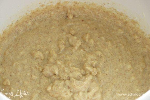 Поставив миксер на маленькую скорость добавить постепенно творог и мягкое масло.Постепенно всыпать муку(заранее соединённую с разрыхлителем) и миндаль молотый.Отключаем миксер,тесто готово.