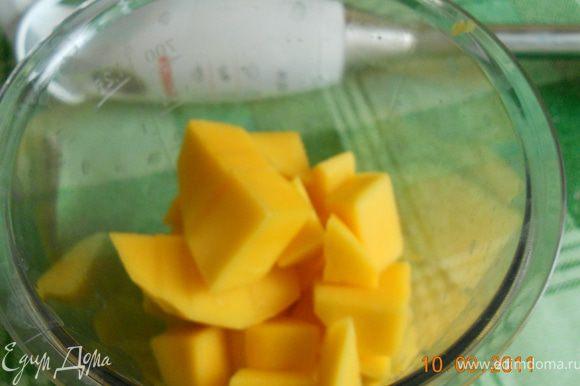 манго очистить отделить от косточки, порезать на кубики, несколько кубиков отложить для украшения. сложить в блендер