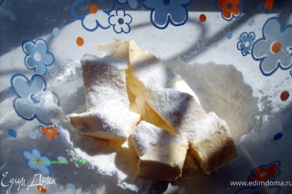 Сливочное масло растереть до бела с сахарной пудрой.
