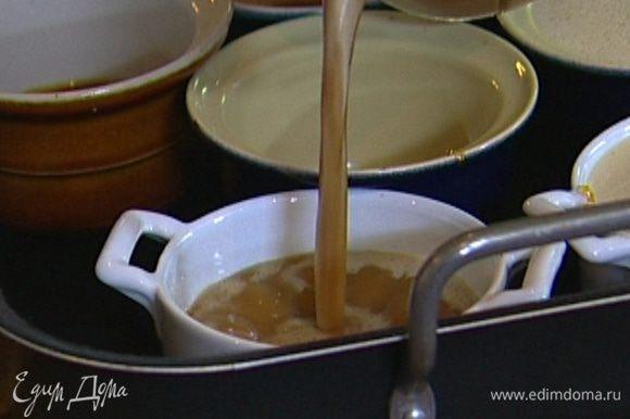 Поставить формочки в глубокий противень, разлить в них кофейно-яичную массу, заполнить противень горячей водой до половины высоты формочек и отправить в разогретую духовку на 30 минут.