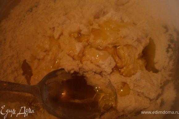 Вмешать в тесто всю муку, добавить 1,5 ложек оливкового масла.