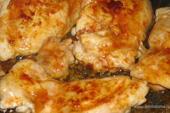 Сковороду ставим на сильный огонь и обжариваем мясо с 2-х сторон до румяной корочки. Это занимает буквально несколько минут.